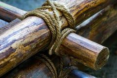 Bind de kabel op het hout Bind een koord op een stok Bind de kabel royalty-vrije stock afbeeldingen