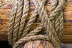 Bind de kabel op het hout Bind een koord op een stok Bind de kabel royalty-vrije stock afbeelding