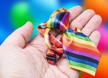 Bind de kleuren van de regenboog in haar hand royalty-vrije stock fotografie