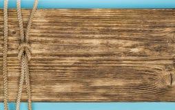Bind de knoop ligt op het oude hout, is er een plaats voor een inschrijving royalty-vrije stock fotografie