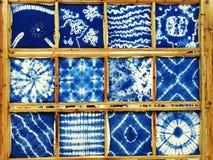 Bind färgat, torkduken, blått tyg arkivbilder