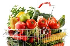 Binda shoppingkorgen med livsmedel som isoleras på vit Arkivfoto