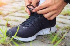 Binden Sie die Schuhe stockfoto