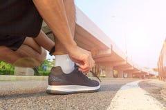 Binden Sie die Schuhe, bevor Sie laufen stockfotos