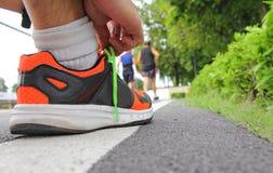 Binden Sie die Schuhe, bevor Sie laufen lizenzfreie stockfotos