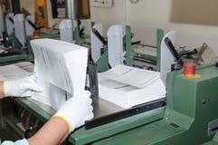 Binden von Büchern im Druckhaus lizenzfreies stockfoto