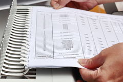 Bindende documenten met plastic ringsbindmiddel Royalty-vrije Stock Foto's
