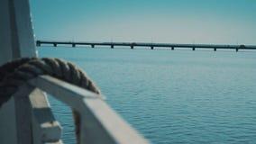 Bindende Vanglijnen met een Brug onder het Overzees op de Achtergrond stock footage