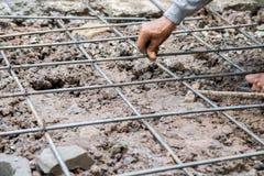 Bindene Stahlstangenarbeitsstruktur für Boden an der Baustelle Stockfotos