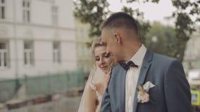 binder crystal smycken för parcravaten bröllop Älskvärd brudgum och brud bröllop för tappning för klädpardag lyckligt långsam rör lager videofilmer