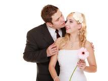 binder crystal smycken för parcravaten bröllop Brudgum och brud kyssande mankvinna Royaltyfri Bild