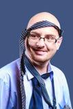 Bindet alle vorbei auf einem mutigen vorangegangenen Kerl mit Gläsern Lizenzfreie Stockfotos