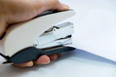 Binding бумаги с сшивателем руками Стоковая Фотография RF