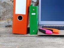 Bindmiddelen, pennen en laptop Royalty-vrije Stock Afbeelding