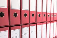 Bindmiddelenomslagen in plank, bindmiddelen op een rij Royalty-vrije Stock Foto's