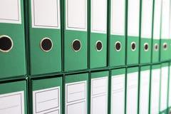 Bindmiddelenomslagen in plank, bindmiddelen op een rij Stock Fotografie