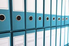 Bindmiddelenomslagen in plank, bindmiddelen op een rij Stock Afbeeldingen