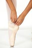 Bindung der Ballettschuhe lizenzfreies stockbild