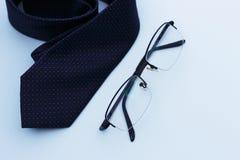 Bindung und Gläser lokalisierten, Nahaufnahme auf blauem Hintergrund, Geschäft oder Bürokonzept, Kopienraum stockbild