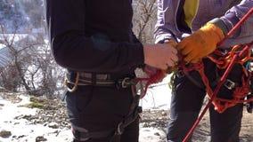 Bindungen ein kletternder Knoten Abschluss oben Steigende Ausrüstung Vorbereitung für das Klettern stock video