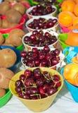 Bing-Kirschen, Pfirsiche und Kiwi für Verkauf stockfoto