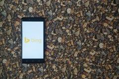 Bing-Logo auf Smartphone auf Hintergrund von kleinen Steinen Stockfoto