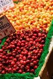 Bing- und Ranier-Kirschen in einem Markt lizenzfreie stockfotografie