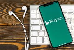 Bingapplikationsymbol på närbild för skärm för Apple iPhone X Symbol för Bingannonsapp Bingannonser är online-advertizingapplikat arkivbilder