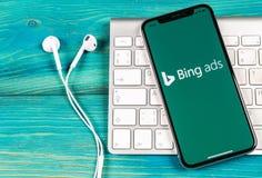 Bingapplikationsymbol på närbild för skärm för Apple iPhone X Symbol för Bingannonsapp Bingannonser är online-advertizingapplikat royaltyfri bild