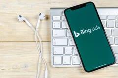 Bingapplikationsymbol på närbild för skärm för Apple iPhone X Symbol för Bingannonsapp Bingannonser är online-advertizingapplikat arkivfoto