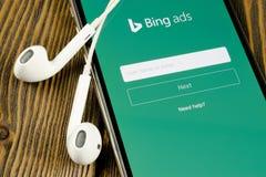 Bingapplikationsymbol p? n?rbild f?r sk?rm f?r Apple iPhone X Symbol f?r Bingannonsapp Bingannonser ?r online-advertizingapplikat royaltyfria bilder