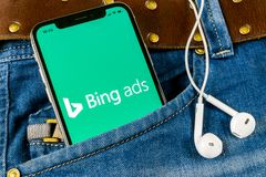 Bingapplikationsymbolen på närbild för skärm för Apple iPhone X i jeans stoppa i fickan Symbol för Bingannonsapp Bingannonser är  royaltyfria bilder