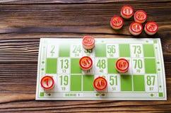 Bingo do jogo na tabela de madeira Fotografia de Stock