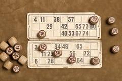 Bingo f?r tabelllek Tr?lottotrummor med p?sen, spela kort f?r lottobr?deleken, fritid som spelar, lotteri, royaltyfri fotografi