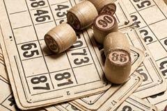Bingo f?r tabelllek Tr?lottotrummor med p?sen, spela kort f?r lottobr?deleken, fritid som spelar, lotteri, royaltyfria bilder
