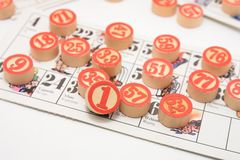 Bingo italiano tradicional da tômbola do jogo com números e jogador do jogo do enjoi do divertimento dos cartões fotografia de stock