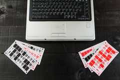 Bingo karty i laptop Fotografia Royalty Free