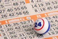Bingo-Kugel auf orange Karte Stockbilder
