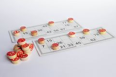 Bingo of lottospel Houten vaatjes van lotto op kaarten E royalty-vrije stock fotografie