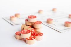 Bingo ou jogo do loto Barris de madeira do loto em cartões Cartões e microplaquetas para jogar o bingo em uma tabela branca fotografia de stock royalty free