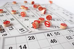 Bingo ou jogo do loto Barris de madeira do loto em cart?es Cart?es e microplaquetas para jogar o bingo em uma tabela branca fotos de stock