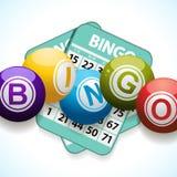 Bingobälle und -karte auf einem weißen Hintergrund Stockfoto