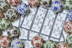 Bingobollar med ett lottokort Arkivbilder