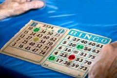 Bingoen Cards närbild med händer Royaltyfri Foto
