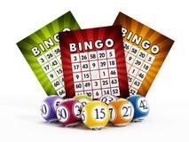 Bingokarte und -bälle mit Zahlen Stockbild