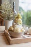 Bingsoo lub Bingsu Korea deserowy durian słuzyć z słodzącą zgęszczoną dojną polewą z bawełnianym cukierkiem Obrazy Stock
