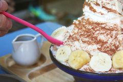 Bingsu czekolada z Bananowymi owoc przekąska jest wysoce popularna w Tajlandia fotografia stock