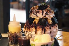 Bingsu de chocolat, flocon de neige de glace avec le 'brownie' et chocolat Photo libre de droits