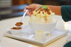 Bingsu de lait avec la poudre de cacao Photos stock