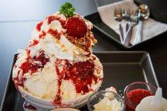 Bingsu : glace blanche de smoothie, fraise crème, codense adouci Image stock